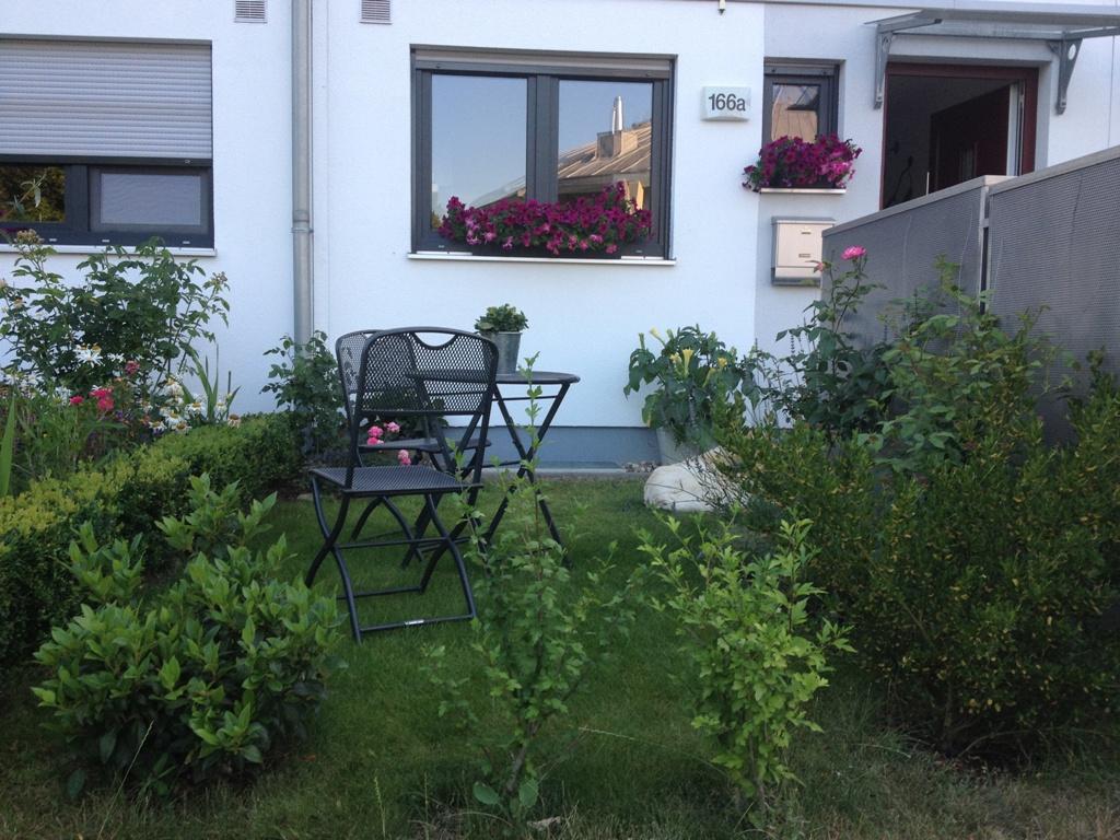einen kleinen vorgarten anlegen vorstadt tr ume. Black Bedroom Furniture Sets. Home Design Ideas